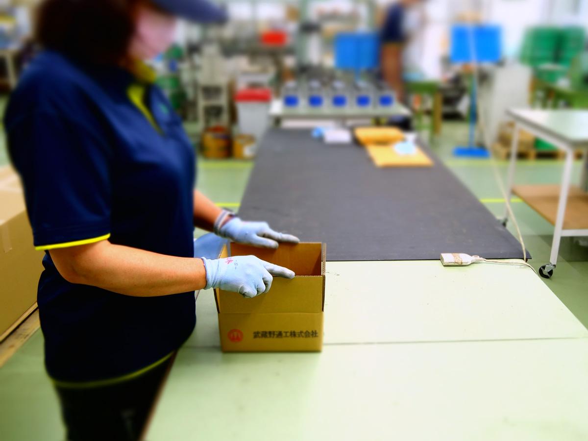 製品の梱包作業、出荷準備の様子