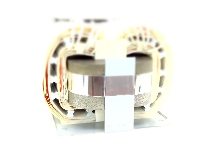 温度上昇を抑えたダクト内装型トランス
